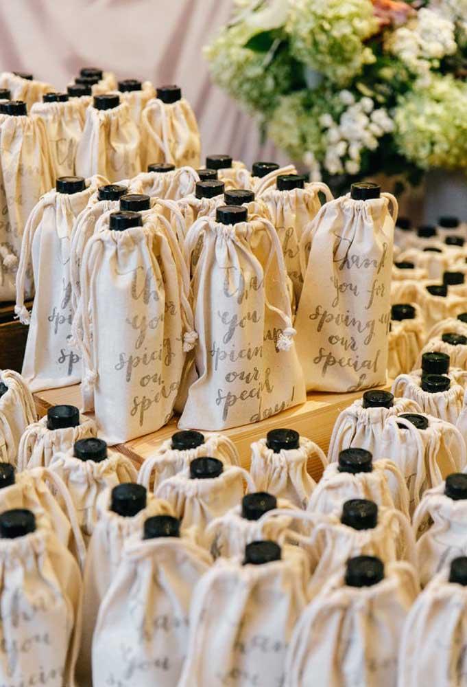 Se for entregar garrafa de bebida como lembrancinha, uma boa opção é guardá-las dentro de um saquinho reciclado e personalizado.