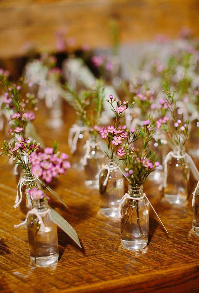Flores são sempre bem-vindas. Sendo assim, coloque um singelo buquê dentro de uma garrafinha com água e entregue para os convidados.