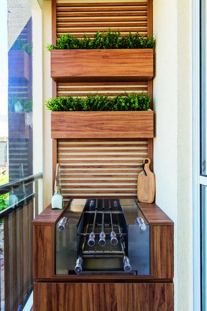 Pequena e de madeira, não é uma graça essa churrasqueira de apartamento?