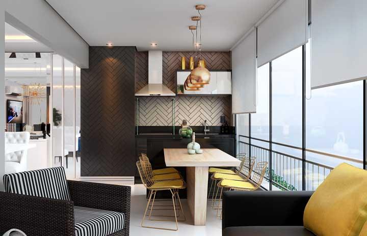 A varanda preta e branca apostou na churrasqueira de vidro para ficar ainda mais sóbria e elegante