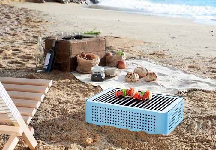 Que tal um modelinho assim de churrasqueira para levar na praia?