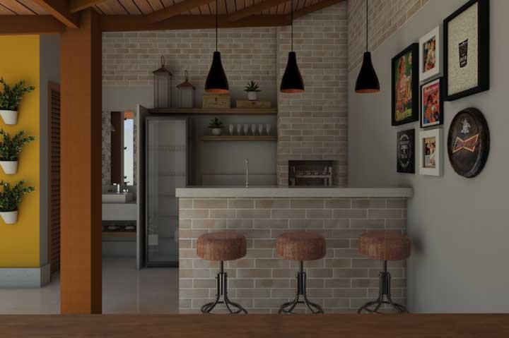 O mesmo revestimento da churrasqueira foi usado para as paredes dessa área externa