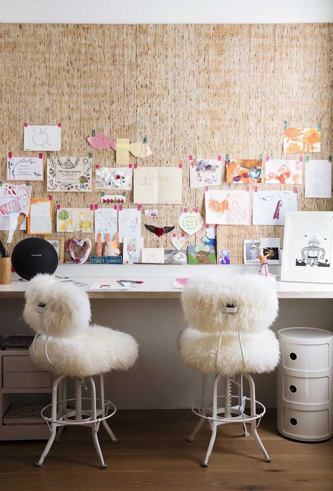 No cantinho de estudo e leitura, capriche na decoração da parede. O destaque fica por conta das cadeiras fofas.