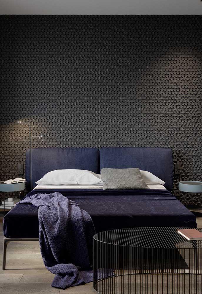 Ao investir no quarto preto, mude a textura do papel de parede para deixar o ambiente mais moderno.