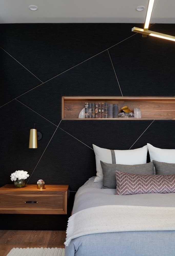 Você pode usar alguns elementos decorativos que contrastam com a parede toda preta.