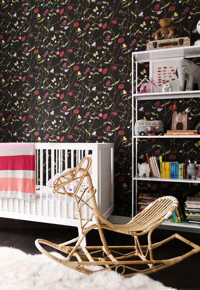 No quarto das crianças, a estampa do papel de parede pode ter a cor preta como fundo, mas com detalhes coloridos.