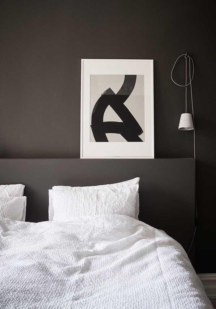 Um simples quadro pode causar um grande efeito em uma parede totalmente preta.