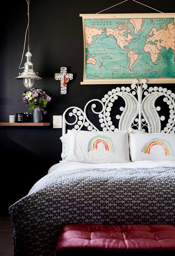 Pequenos detalhes podem deixar o quarto preto com mais vivacidade como é o caso desse quadro no formato de mapa e com o design da cabeceira da cama.