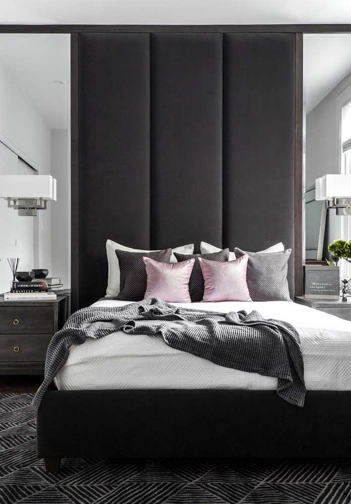 Que tal usar o espelho para fazer combinações com o detalhe da parede preta? O resultado é um quarto sofisticado e moderno.
