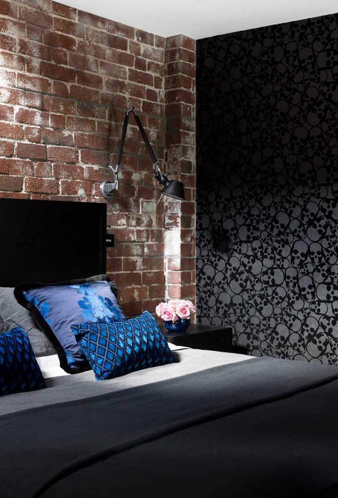 Se você curte algo mais dark, pode usar um papel de parede na cor preta e com desenhos de caveira. Para dar uma quebrada, deixe a parede da cabeceira da cama com um desenho de tijolos.