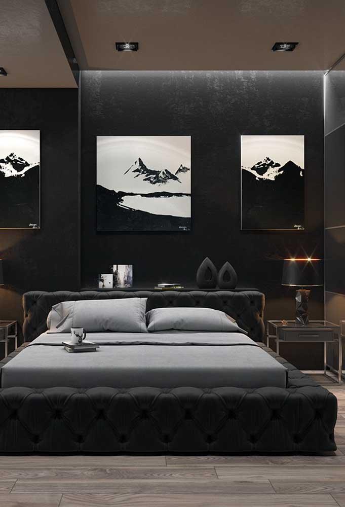 Para decorar um quarto preto é preciso investir em elementos decorativos que combinem com todo o cenário como os quadros, abajur, colcha de cama, a própria cama e outros itens.