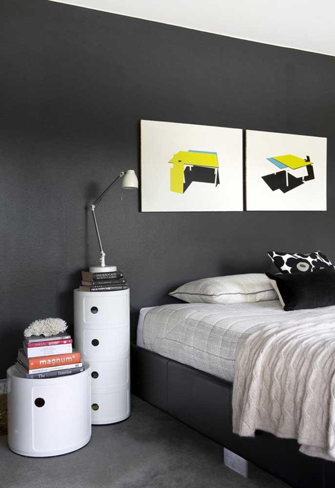 Para quebrar a seriedade de um quarto preto, invista em elementos decorativos nas cores claras.