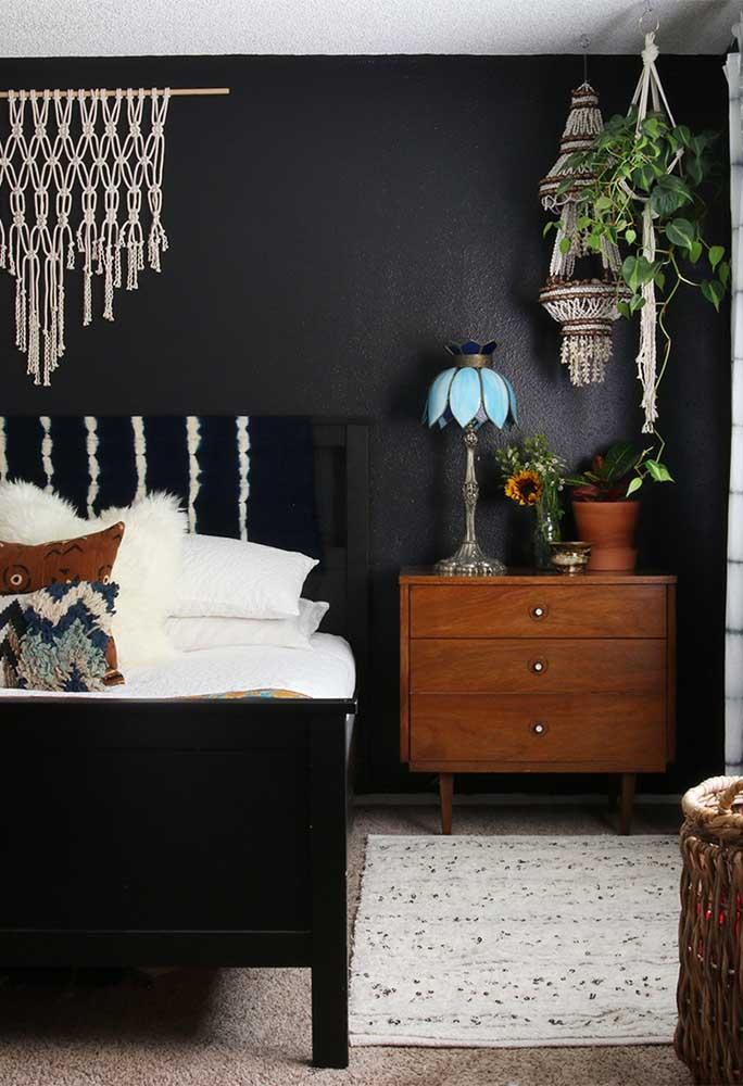 Aposte em peças de artesanato para decorar o quarto preto. Além de deixar o ambiente mais charmoso, é uma forma mais econômica de decorar a casa.