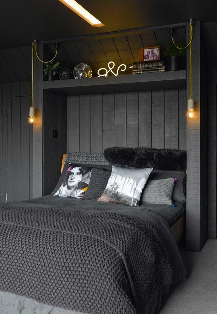 Uma bela luminária e alguns itens decorativos são suficientes na hora de decorar um quarto preto.