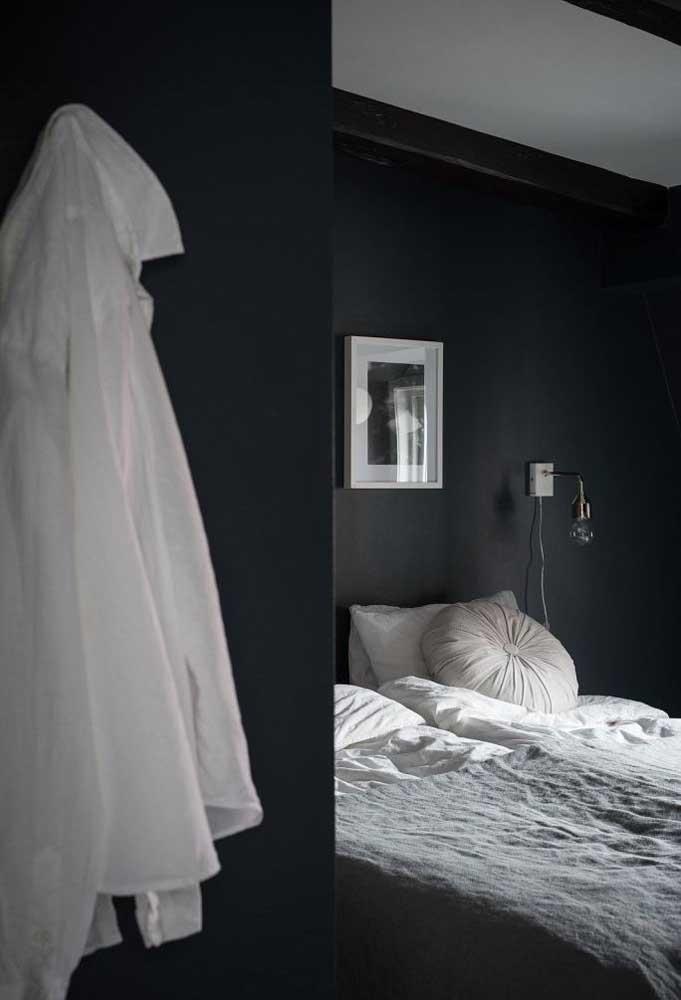 Incrível como os detalhes na cor branca podem fazer grande diferença na decoração do quarto preto.