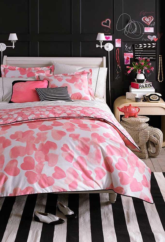 Quem disse que não é possível ter um quarto preto bem feminino? Para isso, use alguns elementos decorativos nos tons rosa, além de peças que lembram lugares românticos.