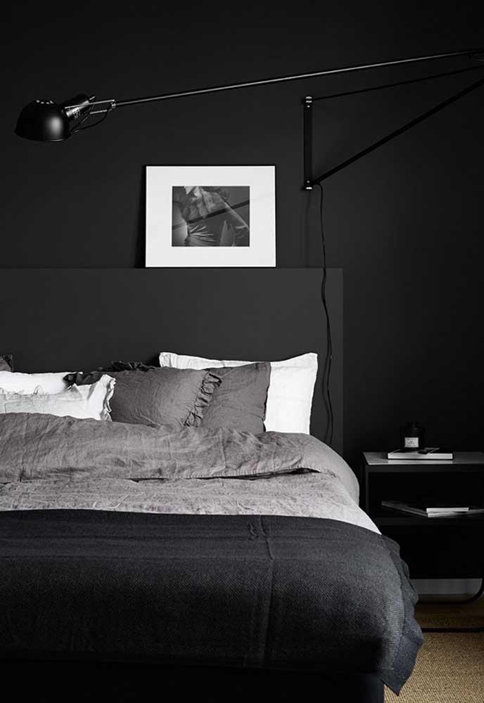 Ao mesmo tempo em que o quarto preto apresenta um estilo mais dark, deixa o ambiente mais sofisticado e moderno.