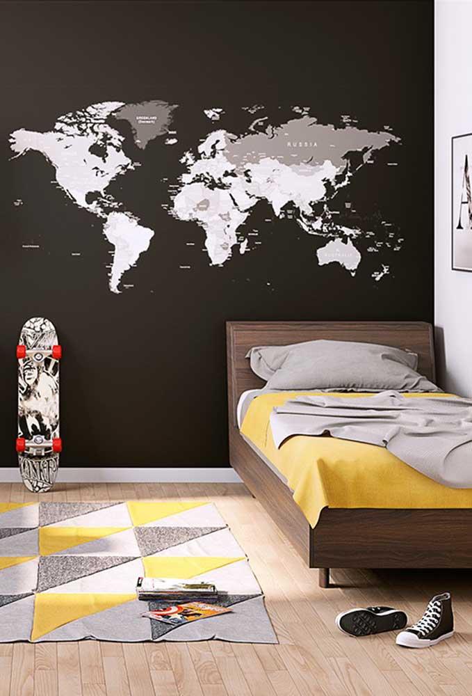 Para não deixar a parede totalmente preta, peça para um profissional desenhar algo que seja de seu perfil. Nesse caso, o mapa atende perfeitamente os amantes de viagem.