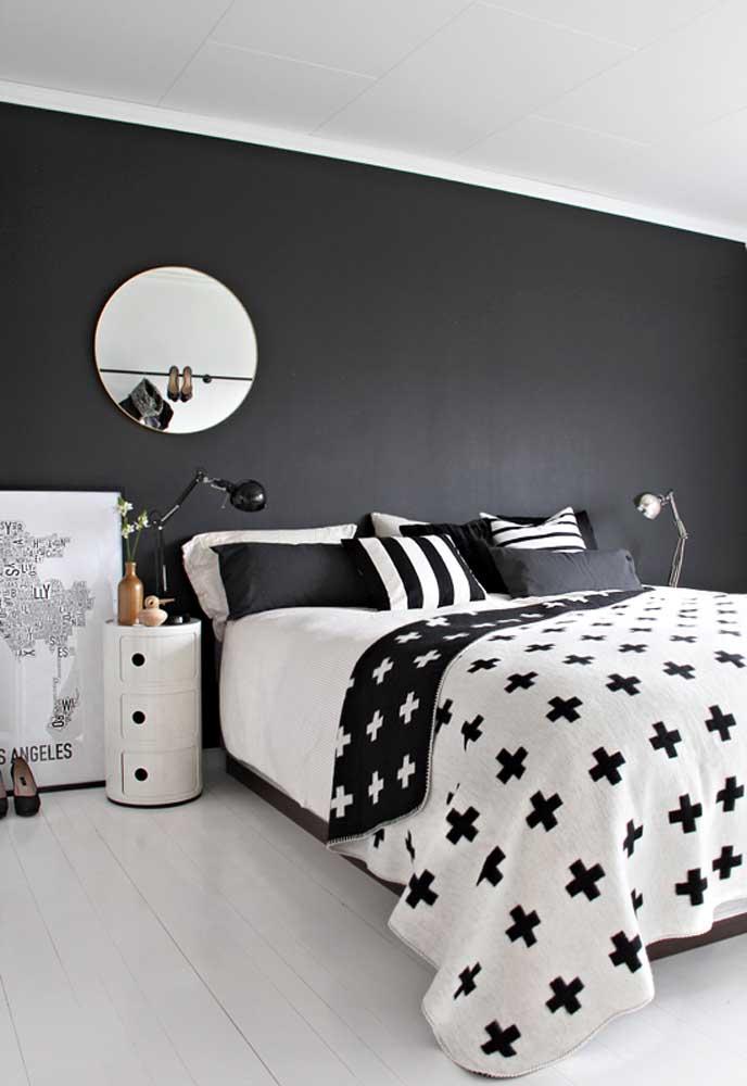 A parede preta com o piso branco é de deixar qualquer espaço encantador.