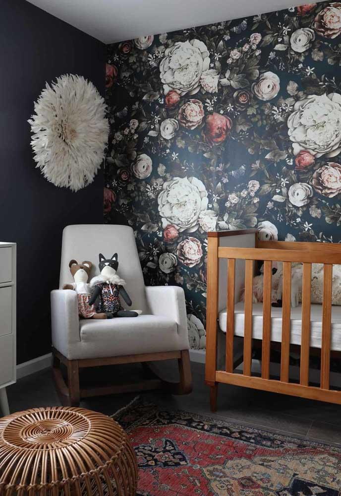 Que tal combinar uma parede toda preta com outra de papel parede com estampa de flores?