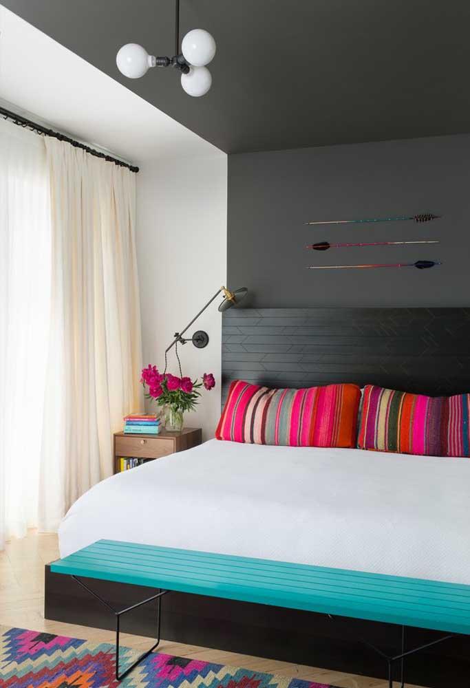 Colocar alguns elementos coloridos é a melhor opção para quem deseja ter um quarto preto, sem ter a sensação de estar em um ambiente pesado.