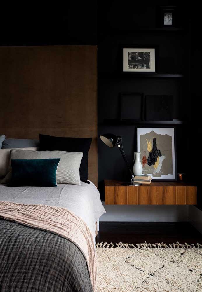 Para não deixar a parede preta muito forte e escura demais, coloque alguns itens decorativos nas cores mais claras.