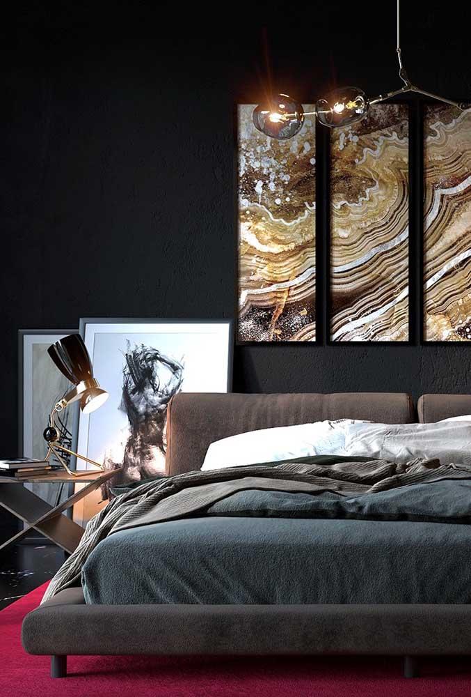 A parede toda preta não precisa ser algo sem graça. Por isso, aposte em objetos de decoração que chamam bastante atenção como esse conjunto de quadros.