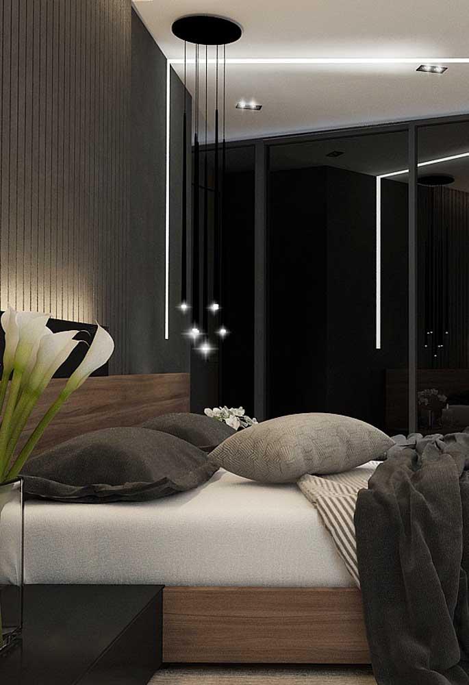 Nesse ambiente, a luz faz toda a diferença na decoração porque não deixa o quarto escuro e sem graça.