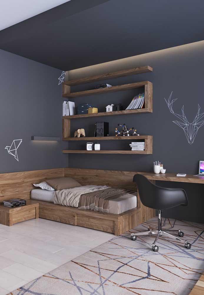 Na parede escura use alguns móveis no tom amadeirado para destacar o ambiente, mas não se esqueça de combiná-los com o restante dos móveis do quarto.