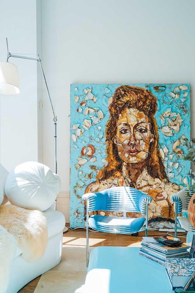 Para quem deseja manter a pintura da parede como está, mas quer destacar o ambiente, deve apostar em um quadro grande com desenho que chame atenção.