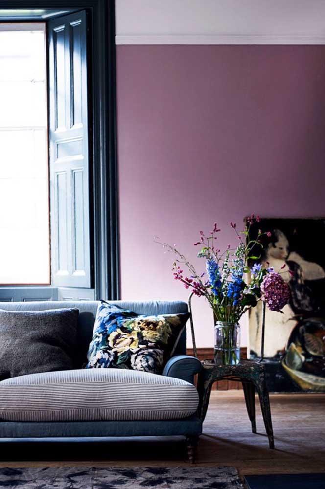 Uma das cores tendência do momento para a sala é o vinho que pode ser usado nas mais diferentes tonalidades.