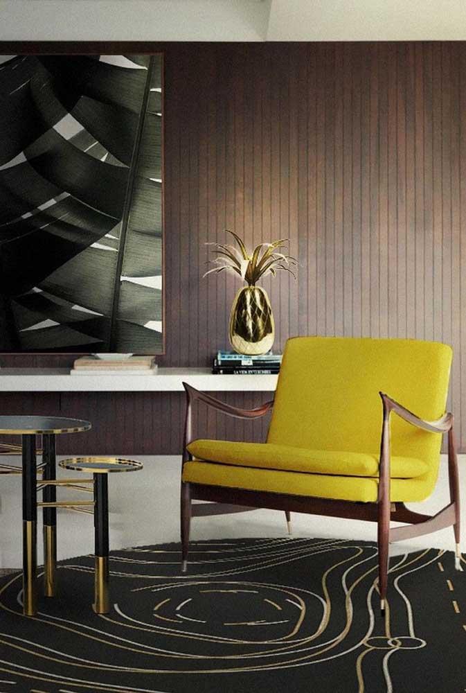 Se você gosta de ousar, pode usar alguns móveis amarelos na decoração da sala, já que é uma cor que chama bastante atenção.