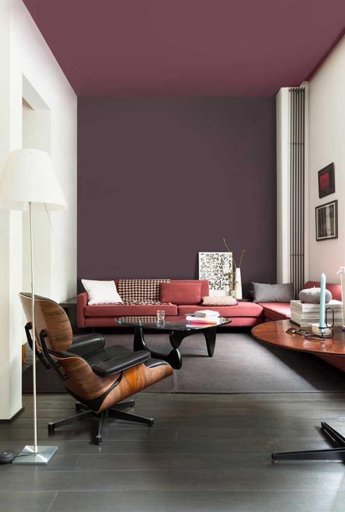 Nesse modelo de sala foram usados dois tons do vinho que se misturam no teto e parede, deixando o ambiente com um ar mais moderno.