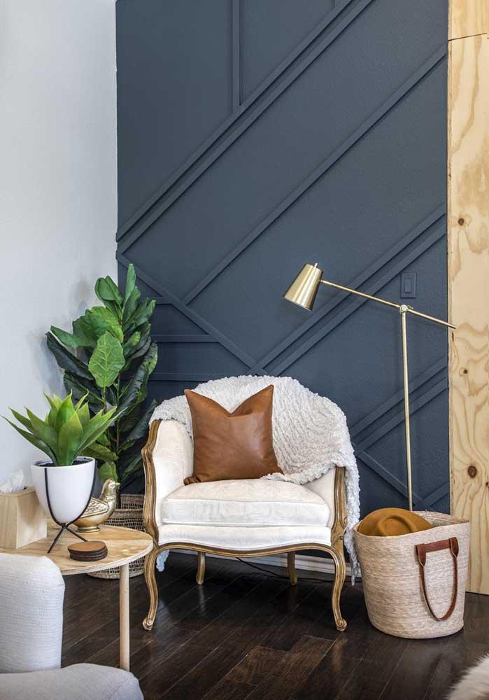 Para compor a decoração desta sala foram usados móveis mais rústicos, o piso de madeira escura e uma parede na cor cinza escuro.