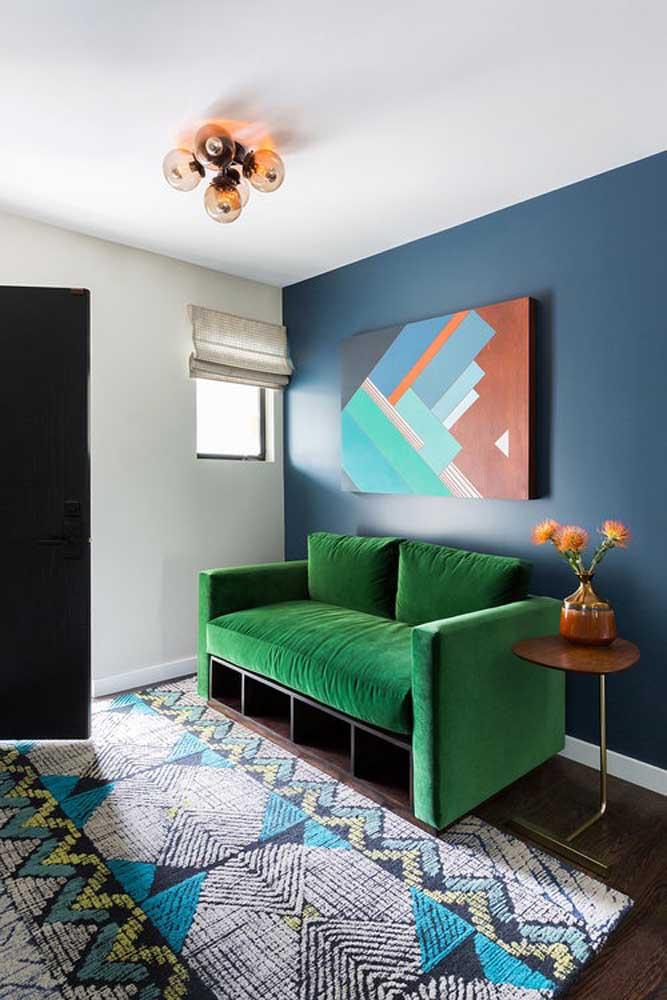 A tendência do momento é pintar apenas uma parede da sala com uma cor diferenciada das demais. Nessa direção deve ser colocado um móvel que você deseja que se destaque no ambiente.