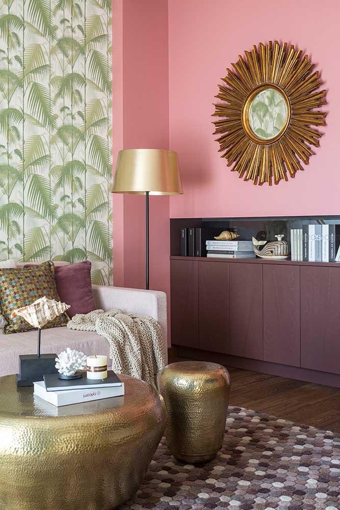Na parede foi usado a cor rosa mais suave que faz uma perfeita combinação com o móvel da sala e o elemento decorativo.