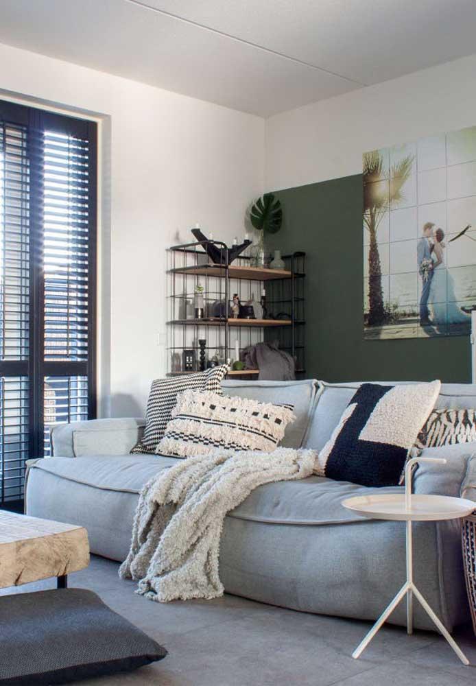 Deixe para usar cores fortes na parede da sala ou nos objetos decorativos do ambiente.