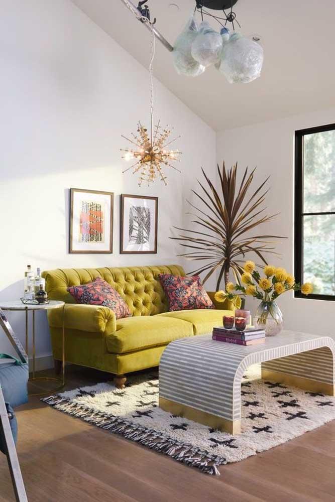As cores quentes são ideais para deixar o ambiente mais vibrante. Você pode usá-las nos móveis, como é o caso desse modelo de sofá no tom verde lima.