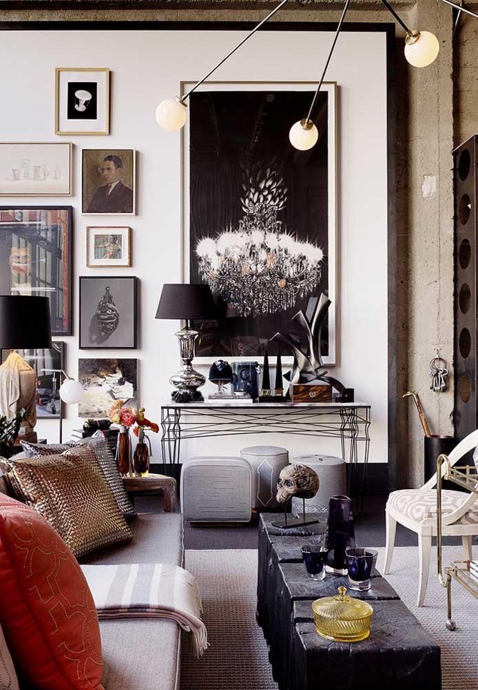 Para uma decoração mais cool, use um painel para colocar os itens decorativos do ambiente e deixe isso sobre uma parede feita de cimento.