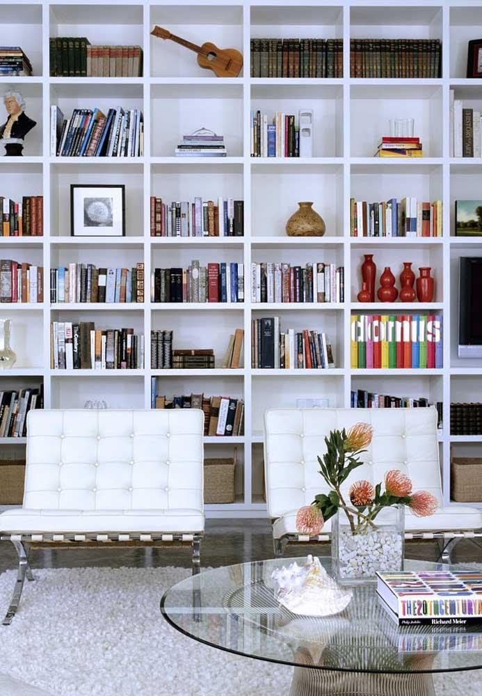 Uma grande estante cheia de livros e objetos decorativos transforma qualquer ambiente.