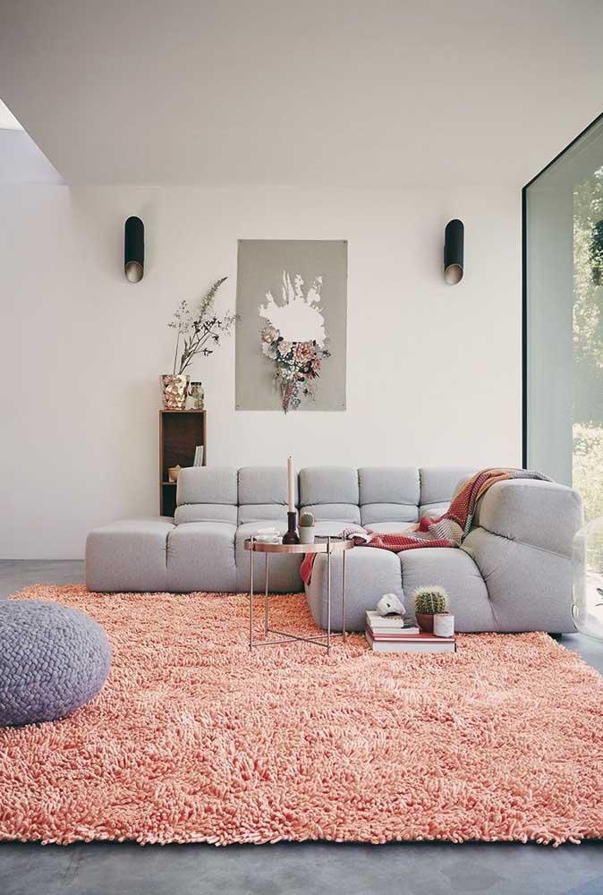 Que tal colocar um tapete com uma cor mais quente para dar vida ao ambiente mais sóbrio?