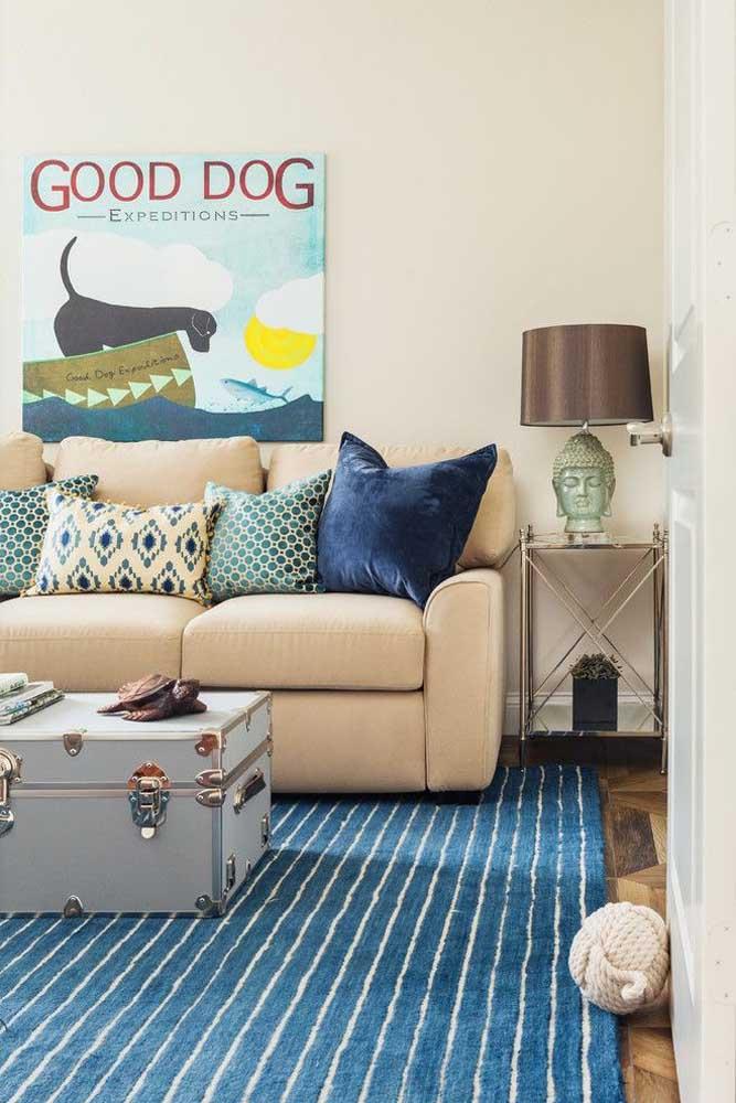 A cor azul é ótima para decorar a sala, mas use-a nos itens decorativos como almofadas e tapetes.