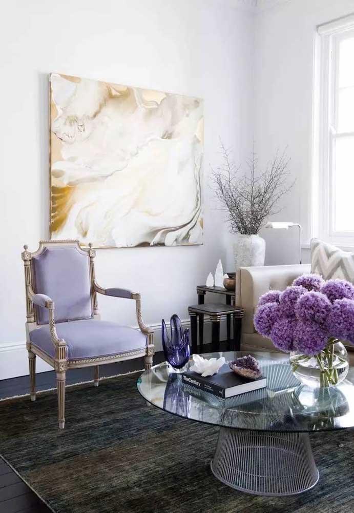 A cor lilás pode ser usada nos móveis e até nos arranjos florais.