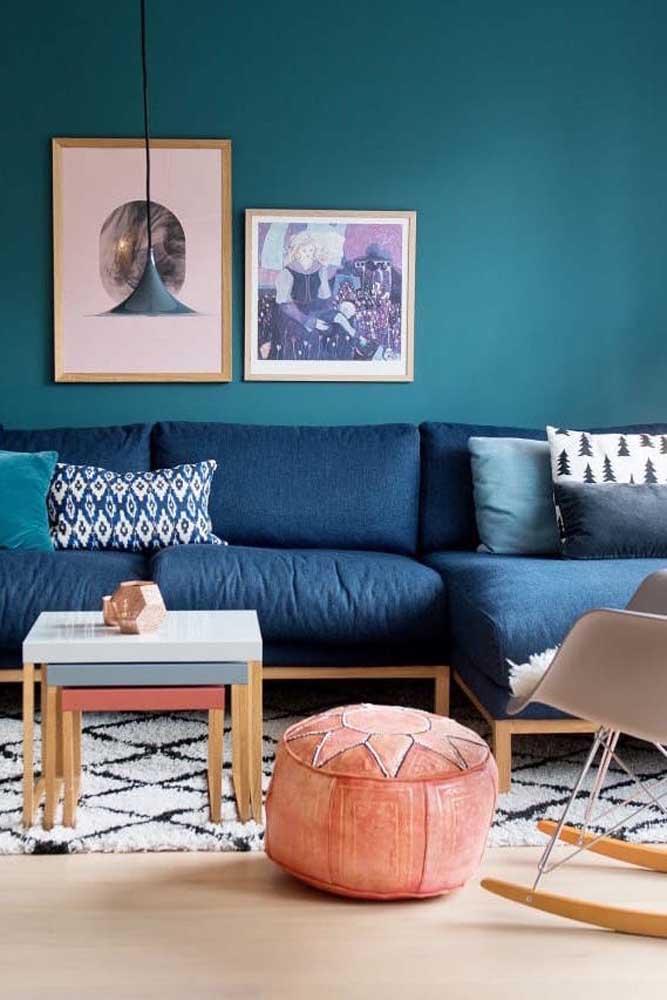 Que tal usar vários tons do azul para decorar a sala? Na parede você pode usar o azul mais claro, no sofá um tom mais escuro e nas almofadas pode fazer uma mistura.