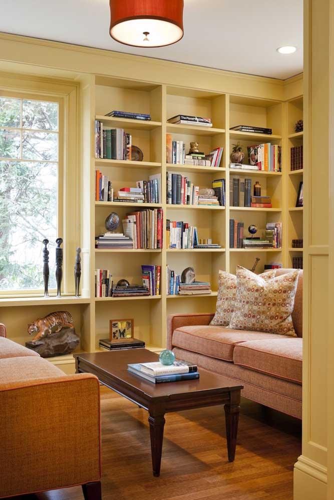 A decoração toda da sala pode seguir um estilo mais rústico. Para isso, escolha os sofás nas cores mais claras.