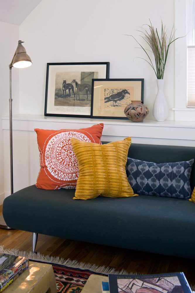 Use cores diferentes de almofadas para decorar o sofá da sala.