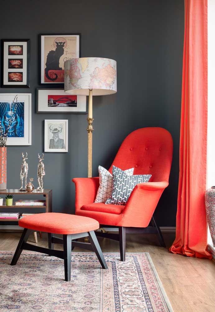 A cor da poltrona faz uma perfeita combinação com o tom da cortina, deixando o ambiente mais charmoso.