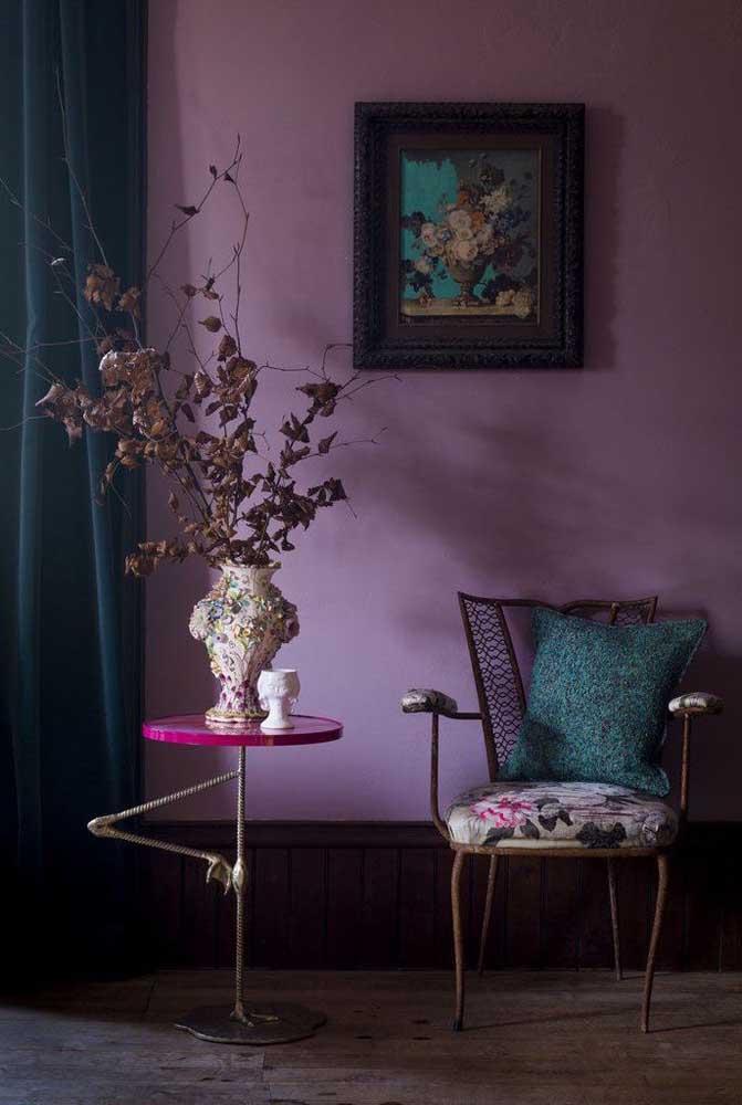 A cor lilás deixa o ambiente mais escuro e pode ser uma ótima opção para quem deseja fazer uma decoração mais dark.