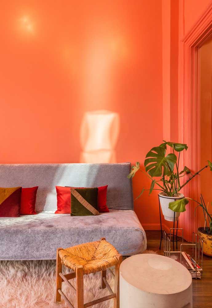 Que tal colocar uma cor bem chamativa na sua sala? A cor laranja é uma excelente opção.