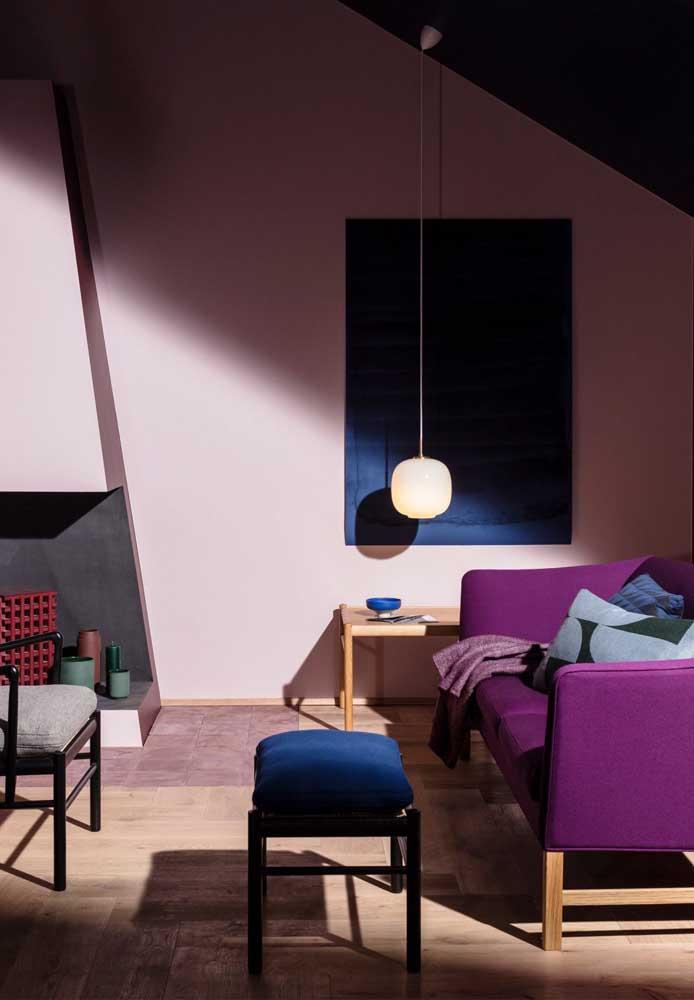 Faça uma combinação com as cores azul e vinho para deixar a sala com uma bela decoração.